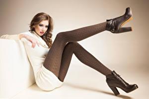 Фото Шатенка Сидящие Ноги Ботинки Девушки