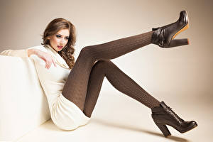 Фото Шатенки Сидя Ноги Ботинках молодая женщина