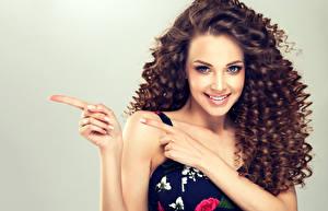 Обои Пальцы Шатенка Улыбка Волосы Красивые Девушки