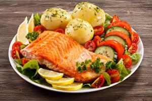 Фото Рыба Картофель Овощи Лимоны Лососи Тарелке Продукты питания