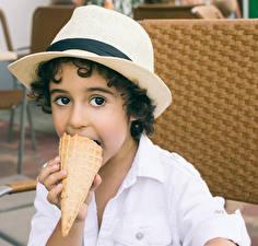Фотографии Мороженое Мальчики Шляпа Смотрит Дети