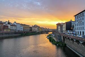 Картинка Италия Флоренция Здания Речка Рассветы и закаты Города