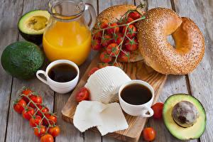 Обои Сок Кофе Помидоры Булочки Авокадо Доски Разделочная доска Кувшин Чашка Продукты питания