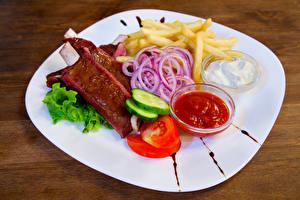 Картинка Мясные продукты Картофель фри Овощи Тарелке Кетчуп Пища