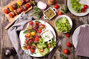 Фотография Мясные продукты Шашлык Овощи Помидоры Ножик Доски Тарелке Продукты питания