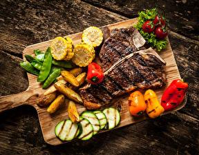 Обои Мясные продукты Овощи Картошка Перец Томаты Разделочная доска