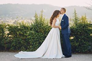 Фотография Мужчины Любовь Двое Свадьбе Невеста Платье Шатенки Жениха молодая женщина