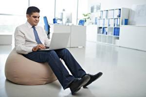 Фотография Мужчины Сидящие Ноутбуки Джинсы