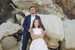 Фото Мужчины 2 Невеста Смотрит Жених