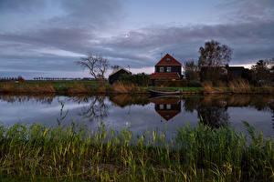 Картинки Нидерланды Реки Дома Вечер Трава Spijkerboor Природа