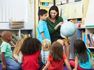 Фотография Школа Мальчишки Девочка Глобусы Дети