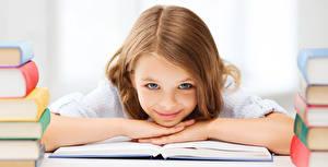 Картинка Школа Девочки Улыбается Смотрят Книга Шатенки Волос ребёнок