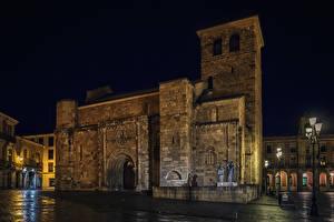 Картинки Испания Храм Церковь Скульптуры Ночью Уличные фонари Zamora город