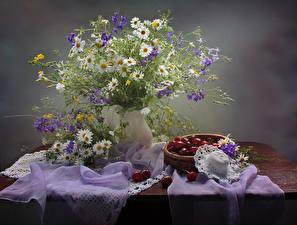 Обои Натюрморт Букеты Ромашки Черешня Стол Шляпа Цветы