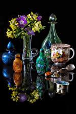 Картинка Натюрморт Букеты Фрезия Черный фон Ваза Чашка Бутылка Отражение Цветы