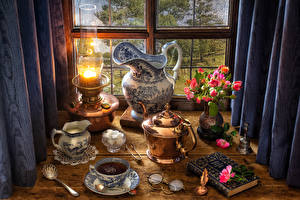 Фото Натюрморт Керосиновая лампа Букеты Розы Чайник Чай Кувшин Очки Чашка Сахар Цветы