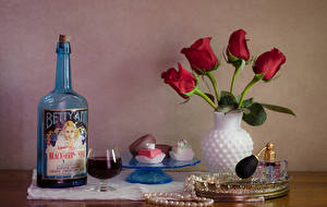 Фото Натюрморт Тюльпаны Вино Конфеты Украшения Ваза Красный Бутылка Бокалы Еда Цветы