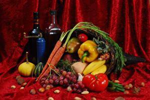 Фотография Натюрморт Вино Овощи Фрукты Виноград Перец овощной Томаты Морковь Орехи Бутылка Пища