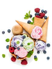 Картинка Сладости Мороженое Малина Черника Белый фон Пища