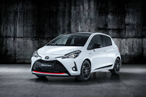 Обои Toyota Белый Металлик 2018 Yaris GR Sport Автомобили