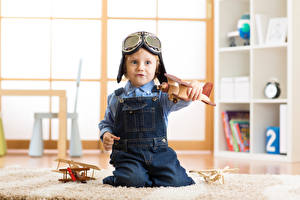 Фотографии Игрушки Самолеты Мальчики Очков Играет ребёнок