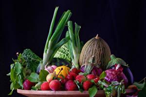 Обои Овощи Фрукты Дыни Сливы Лук репчатый Клубника На черном фоне Еда