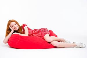 Фото Белый фон Рыжие Улыбка Платья Кедами молодые женщины