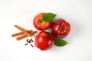 Фотографии Яблоки Корица Белый фон Втроем Красный Пища