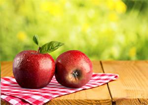 Обои для рабочего стола Яблоки Крупным планом Доски Две Красная Продукты питания
