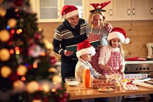 Фото Рождество Мужчины Шапка Повара Кухня Улыбка Семья ребёнок Девушки