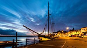 Фотография Англия Здания Речка Пристань Корабли Парусные Ночные Уличные фонари Wells next the Sea город
