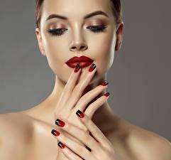 Фотографии Пальцы Серый фон Лицо Красные губы Маникюр Мейкап Девушки