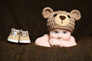 Обои Грудной ребёнок Смотрит Шапки Ботинки Ребёнок
