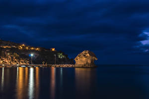 Картинки Италия Море Пристань Скала Ночью Уличные фонари Ischia