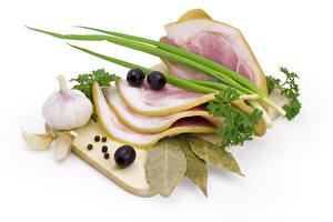 Фотография Мясные продукты Чеснок Специи Белом фоне Разделочная доска Еда
