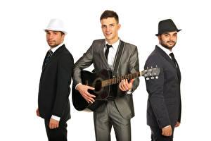 Фото Мужчины Белым фоном Гитара Три Костюм
