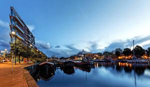 Картинки Нидерланды Амстердам Вечер Пирсы Здания Речные суда Водный канал Уличные фонари
