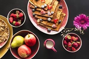Картинки Блины Яблоки Клубника Завтрак