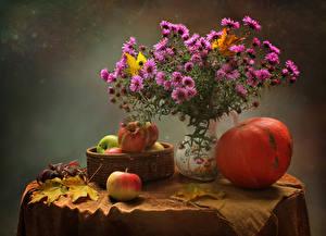 Картинка Натюрморт Астры Тыква Яблоки Стол Ваза Розовая Корзинка Листья Цветы Еда