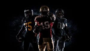 Фото Американский футбол Мужчины Втроем Униформа Шлема Мяч Спорт