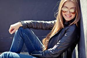 Обои Блондинка Очки Улыбка Смотрит Джинсы Куртка
