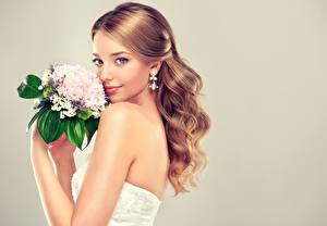 Обои для рабочего стола Букет Серый фон Шатенки Невеста Смотрит Серьги Красивые Девушки