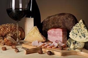 Обои Сыры Вино Хлеб Ветчина Орехи Разделочная доска Бокалы Пища