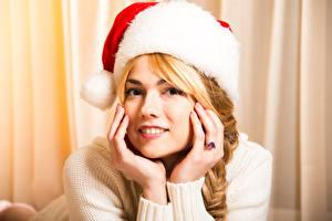 Фотография Рождество Блондинка Шапки Руки Смотрит Девушки