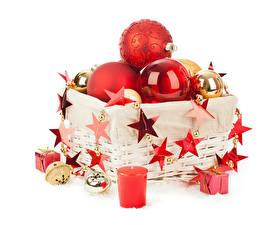 Картинка Рождество Свечи Белый фон Корзинка Шар Звездочки Подарки