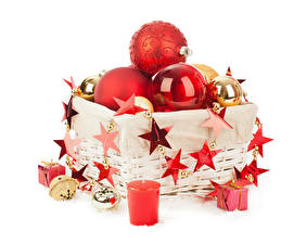 Картинка Рождество Свечи Белом фоне Корзины Шар Звездочки Подарки