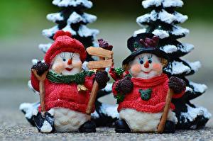 Картинка Рождество Вблизи Игрушки Снеговики 2 Шапки Свитер