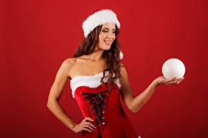 Картинки Рождество Цветной фон Шатенка Униформа Улыбка Шарики