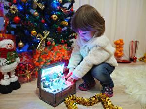 Фотографии Рождество Праздники Подарок Девочки Свитере Дети