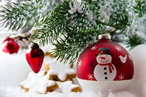 Обои Новый год Праздники Ель Шарики Снеговики Природа картинки